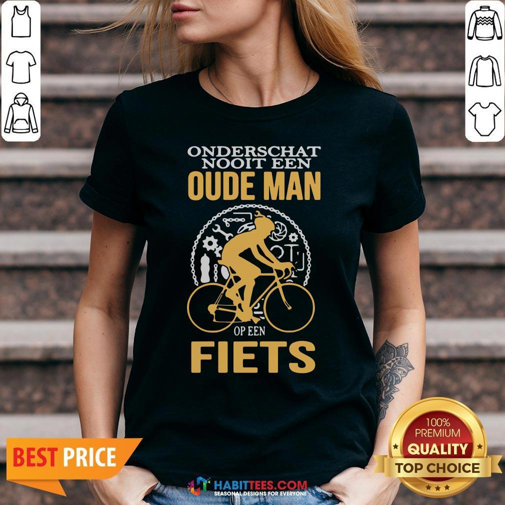 Cute Onderschat Nooit Een Oude Man Op Een Fiets V-neck - Design By Habittees.com